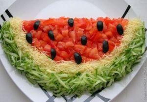 Салат арбуз с копченой куриной грудкой