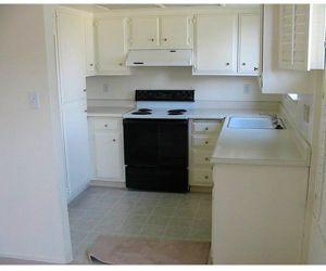 Как я уже отмечала, кухня, выполненная в белом цвете, визуально расширяет пространство. Здесь не хватает деталей, но это дело поправимое.