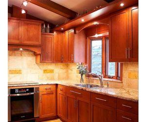 Еще одна кухня, выполненная в классическом стиле. Посмотрите, здесь ни один сантиметр пространства не остался незадействованным. Получилось и красиво, и удобно.