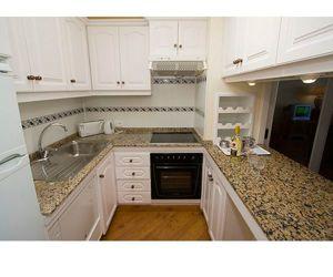 Этот вариант кухни мне понравился больше всего, в первую очередь из-за белого цвета, который визуально расширяет пространство.