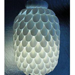 Этот светильник создан из пластиковой пятилитровой бутылки и одноразовых пластиковых ложек. Дешево и сердито.