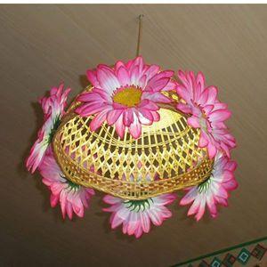 Эта люстра сделана из плетеной корзинки для фруктов и искусственных цветов. Украсить ее можно на любой вкус.