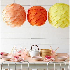 Для создания этих светильников понадобится круглая основа и много кружков, вырезанных из ткани, клеенки или плотной бумаги.