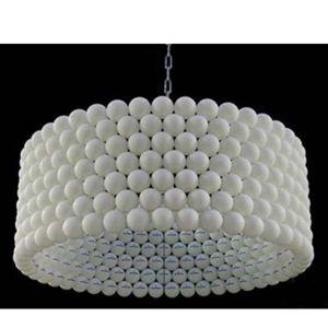 Для создания этой люстры понадобилось большое количество теннисных шариков. При желании, их можно окрасить из баллончика в любой цвет.