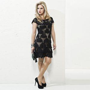Считается, что маленькое черное платье должно быть в гардеробе каждой женщины. Так может его связать крючком? Оно будет точно стильным и неповторимым.