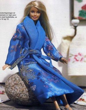 Домашний халат - необходимая составляющая гардероба куклы. Для него можно использовать как гладкую, так и ворсистую ткань. Можно сделать его на пуговицах или с пояском.