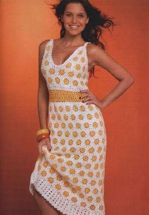 Красивое и яркое летнее платье, связанное отдельными мотивами. Я думаю, что его тоже можно связать целиком, используя технику безотрывного вязания.