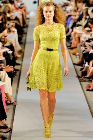 В последнее время дизайнеры в своих модных коллекциях используют оригинальные платья, связанные крючком. К ним нет схем, но можно всегда подобрать похожий рисунок.