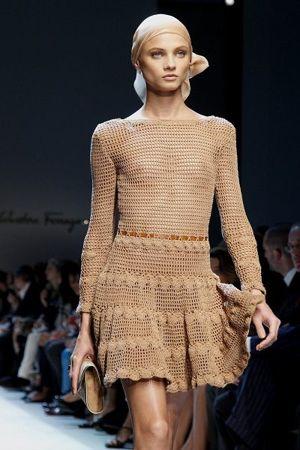 Это платье не сложно связать самостоятельно. Оригинальным его делает отделка, маленькие ленточки, протянутые сквозь узор.
