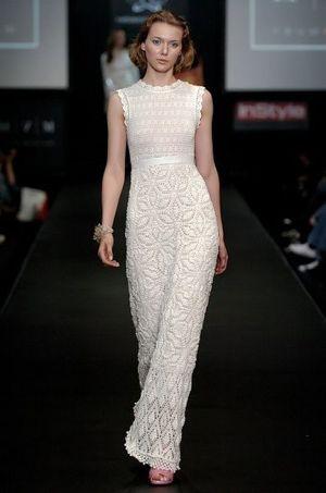 Я немножко завидую тем мастерицам, которые создают такую красоту. Мне бы не хватило терпения связать такое шикарное длинное платье из тонких ниток.