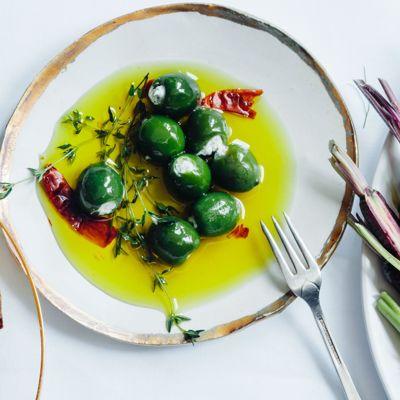 Оливки с сырной начинкой в масле - отличная закуска к напиткам