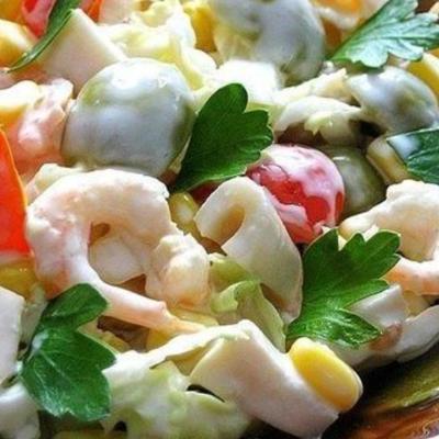 Салат с кальмарами креветками и яйцом