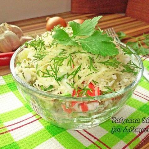 Салат из капусты и чипсов и крабовых палочек