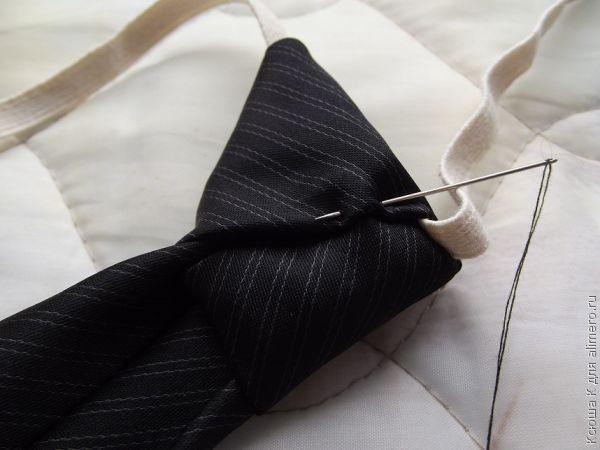 Примеряем галстук и сшиваем