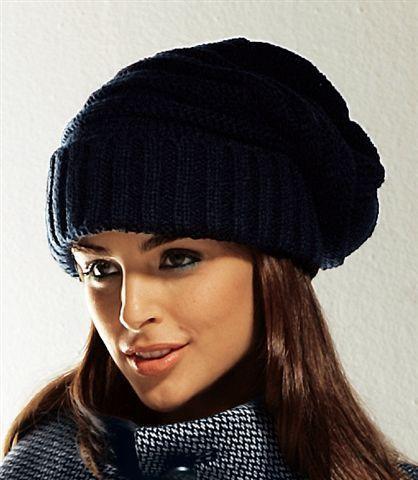 Вязаная шапка с отворотом остается красивым элементом нашего зимнего образа, тем более что это модно.