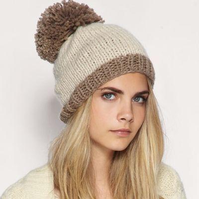 Помпон на вязаной шапке может быть большого размера, что также вписывается в модные тенденции этого зимнего сезона и хорошо сочетается с крупной вязкой шапки.