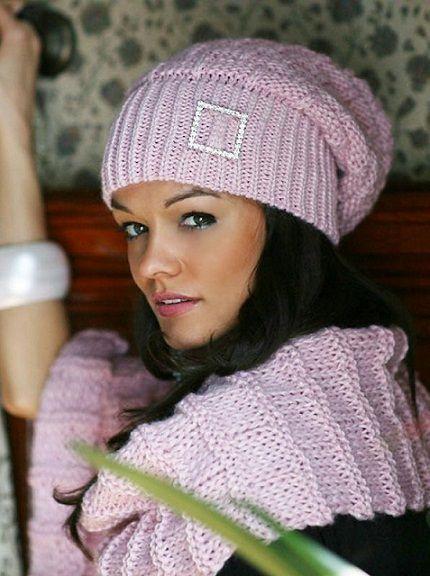 Вязаная шапка-чулок бывает разной длины. На фото представлен короткий вариант этой модели. Шапка дополнена шарфом.