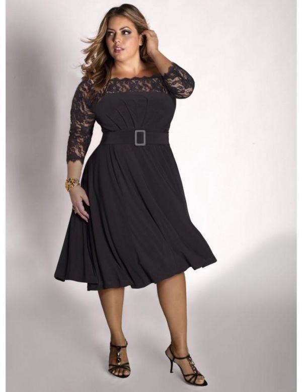 Маленькое черное платье с юбкой летящего покроя и вставками из гипюра. Талия подчеркнута поясом, что делает фигуру правильной и красивой.