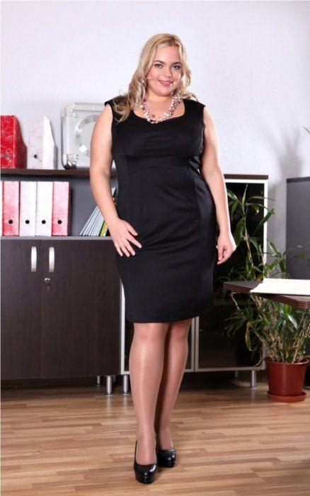 """Маленькое черное платье силуэта """"футляр"""" считается офисным вариантом, но его также можно надевать на мероприятия, где требуется дресс-код."""