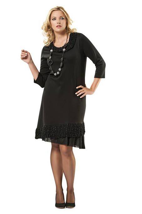 Платье прямого покроя с ассиметричным низом. Чтобы выгодно вытянуть силуэт, с платьем рекомендуется надевать удлиненные аксессуары.