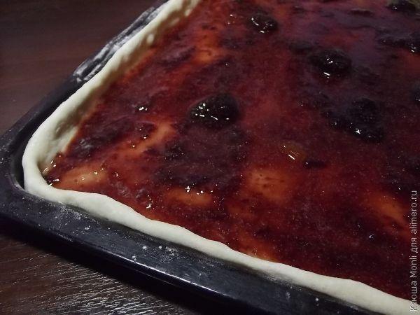 Пирог с вареньем с посыпкой с