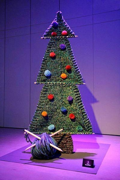 Вязаная елка тоже достаточно креативная идея, ведь можно связать новогоднюю красавицу высотой до потолка. Труда нужно будет вложить много, но представляю, как это будет красиво.