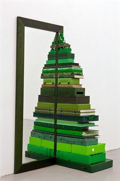 Стоит сложить зеленые книги, папки, полочки и шкатулки возле зеркала, и получится креативная елка.