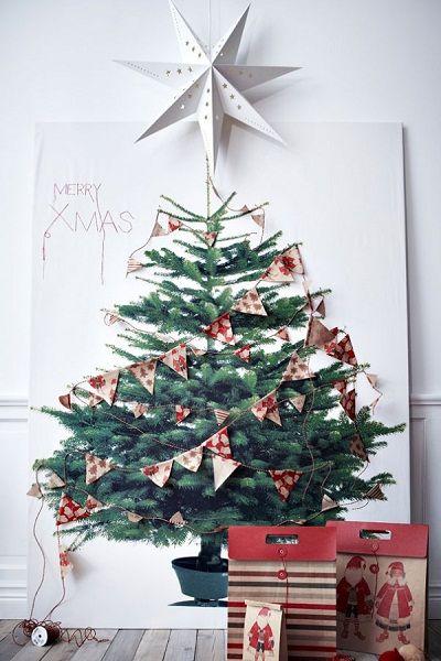 Идея для тех, кто умеет рисовать. Нарисованную елку можно будет украсить настоящими игрушками и гирляндами.
