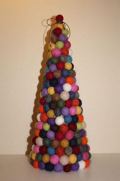 Шерстяные красочные шарики в форме конуса - это креативная елка. Шерстяные шарики можно заменить маленькими клубочками пряжи.