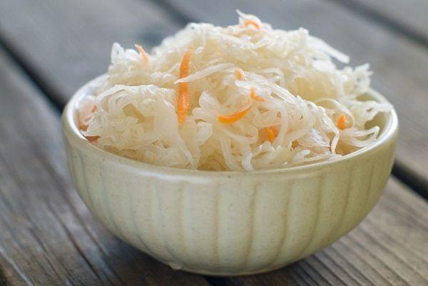 Квашеные овощи - это сезонная еда. На стол можно подать квашеные огурцы, помидоры, баклажаны  или капусту.