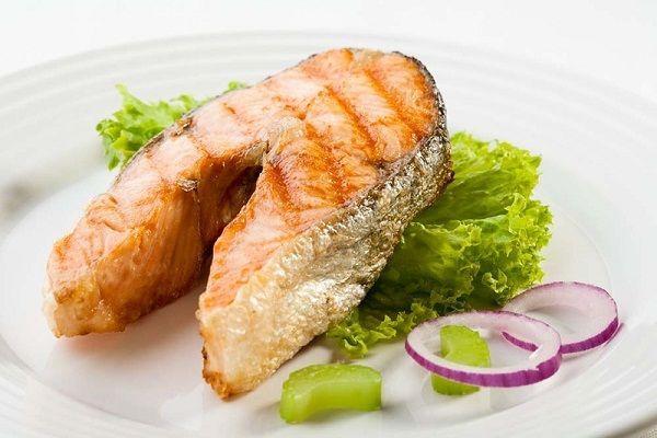 Рыбу можно пожарить или запечь в духовке с травами. Некоторые хозяюшки готовят заливное, а кто-то предпочитает тушить рыбку в томатном соусе с овощами.