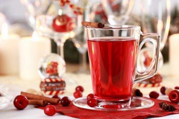 Узвар из ягод и фруктов прекрасно дополнит ужин накануне Рождества. Вместо него можно сварить компот из сухофруктов.