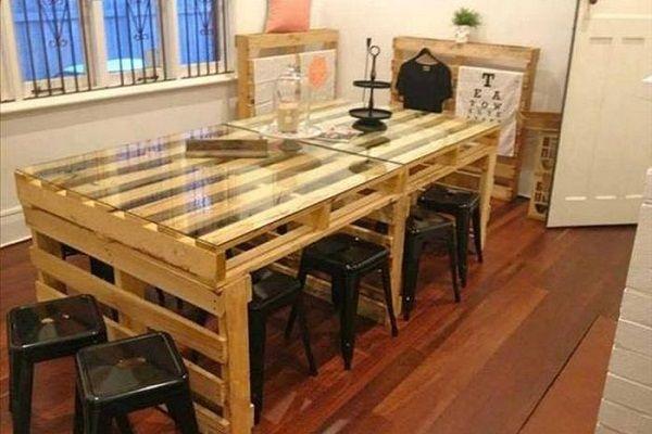 Обеденный стол тоже можно выполнить из поддонов. Стекло можно заменить пластиком или деревом.