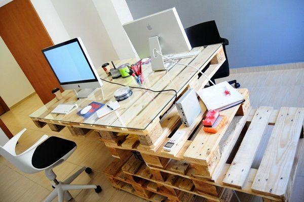 Компьютерный стол из поддонов довольно функциональный, ведь его можно использовать еще и как полочки для мелких предметов.