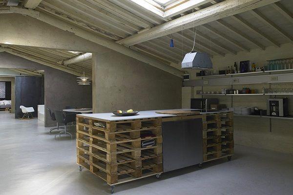 А вот это вариант офисной мебели из поддонов. Не слишком сильно, но креативно уж точно.