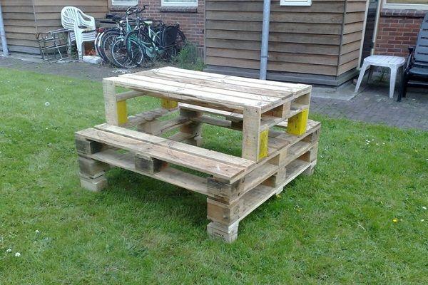Из нескольких поддонов можно сделать компактный стол со скамейками. Его легко можно перетащить в любое место в саду, когда придут гости.
