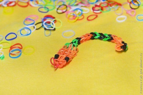 Как плести змею из резинок?