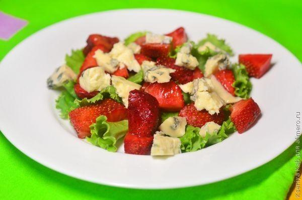 салат из клубники