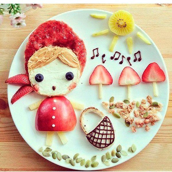 Оригинальный способ подать фрукты - выложить их в виде человечка. Корзинка и ноты нарисованы растопленным шоколадом.