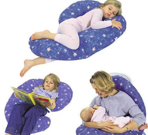 Подушка для кормления не только облегчит нагрузку на спину мамы, но и ограничит передвижение малыша по поверхности в случае необходимости.