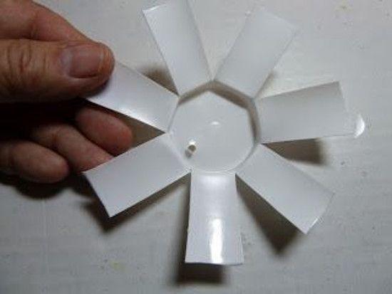 Все просто - сделать надрезы до самого дна и раскрыть получившуюся ромашку. Дырочки в лепестках можно сделать дыроколом или нанести узоры фломастерами.