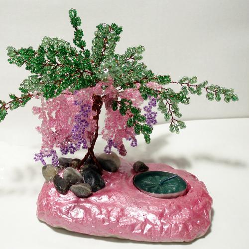 Из материалов я использовала: бисер розовый, сиреневый, бордовый и зеленый. медная проволока, нитка, гипс...