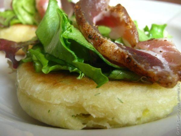 Картофельные фоккачине с салатом