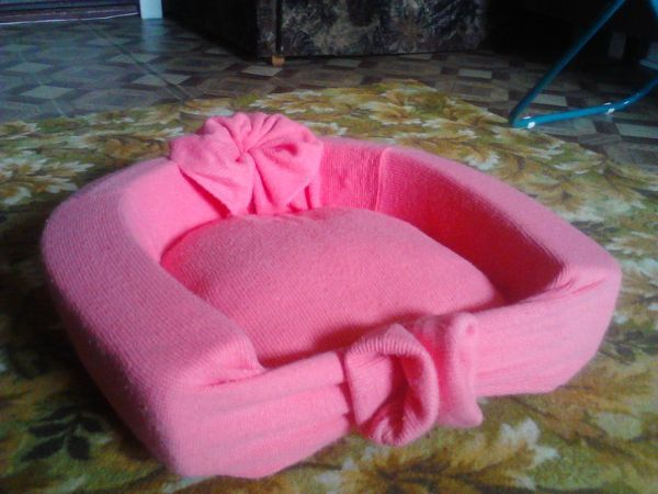 Вот такую кроватку я сделала для  кошки из своей кофточки, где по краям (это рукова) использовала поролон,из воротника получилась розочка, а по средине вату