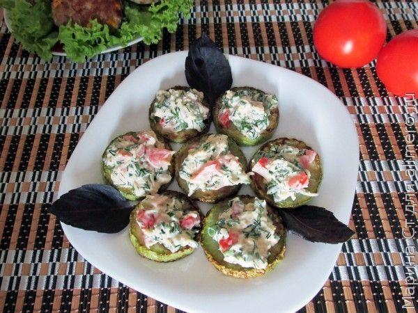 Закусочные кабачки с помидором и сыром