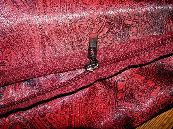 Подкладку вместе с молнией пришиваем к сумке.  С лицевой стороны должен получиться вот такой аккуратный край.
