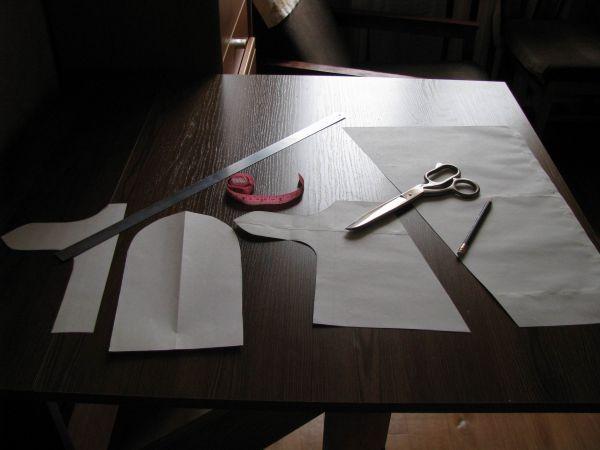 Затем переносим выкройку на ткань (в моем случае это искусственная кожа, но можно сделать и из обычной ткани) .