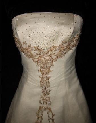 Образец свадебного платья вышитого золотыми нитями и бисером.  Жаль что женщины перестали украшать свою одежду.