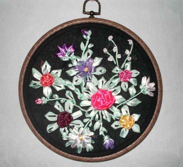 В вышивке используются ленты шириной 4 мм и более.  Цвета подбираются в зависимости от композиции.