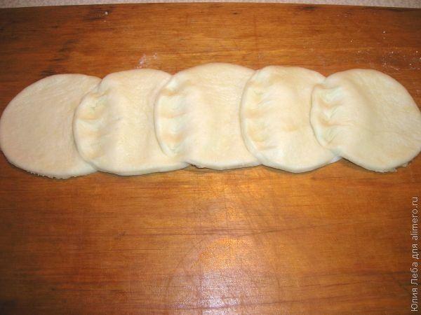 Пирог с орехами, джемом и сухофруктами